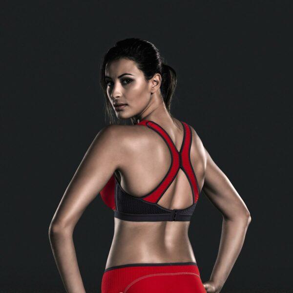 Kobieta w staniku sportowym widok od tyłu
